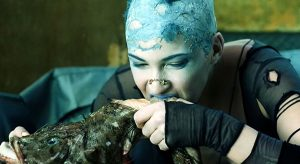 Jill Bioskop mangeant une baudroie