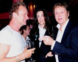 Sting avec un verre de vin à côté de McCartney