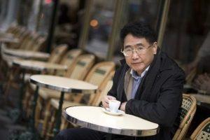 Qiu Xiaolong buvant un café